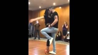 Casal dança muito