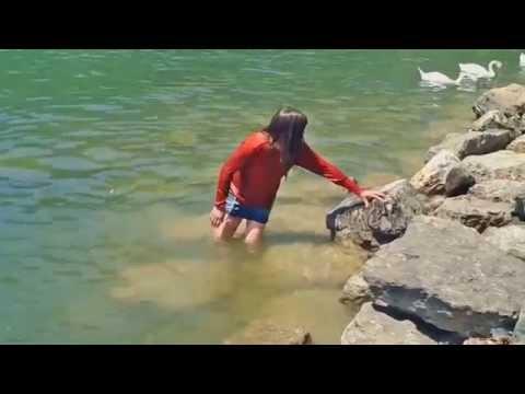Mit Jeans-Minirock, Stiefeln und Shirt schwimmen(swim fully clothed)