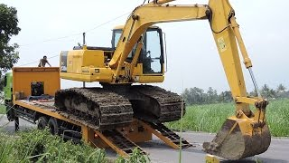 getlinkyoutube.com-Unloading Komatsu PC130F Excavator From Hino 500 FM260Ti Self Loader Truck