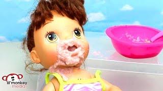 getlinkyoutube.com-Baby Alive Messy Breakfast! Feeding and Diaper Change!