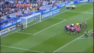 getlinkyoutube.com-Gerard Piqué: Recibe golpe sangriento contra el arquero del Hércules!