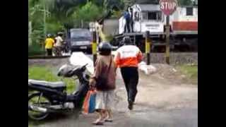 getlinkyoutube.com-Pick Up vs Kereta Api (hampir)