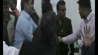 मामूली कहासुनी को लेकर दो पक्षों में पुलिस के सामने ही जमकर हुई मारपीट