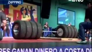getlinkyoutube.com-Panelistas muestran el hombre más fuerte del mundo y de carrera de autos