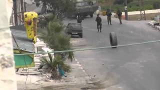 getlinkyoutube.com-شاهد: جندي إسرائيلي أراد التّصدي لإطار سيارة فماذا حدث له فيديو يستحق المشاهدة