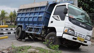 getlinkyoutube.com-Overloaded Isuzu Elf Dump Truck Stuck