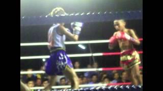 getlinkyoutube.com-PhetJee Jaa O. Meekhun (girl) vs (boy) Inseeyadaeng Popnitam - 2012 Muay Thai
