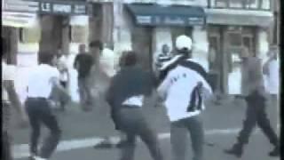 getlinkyoutube.com-الجزائريون يتدخلون ويمرغون انوف الهوليغانز في التراب ردا على حرق العلم التونسي مونديال 1998