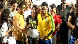 getlinkyoutube.com-Salman Khan Aamir Khan Hrithik Roshan Abhishek Bachchan come together for Charity Football Match - 4