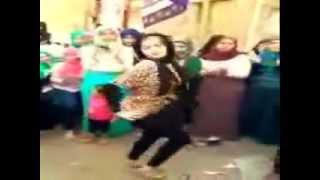 getlinkyoutube.com-رقص بنت موزه اوى  فى الشارع على مهرجان لطنطا (وسعلى2016 )