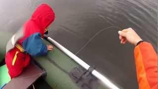 getlinkyoutube.com-Ребенок с папой ловят щуку на кружки.