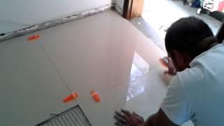getlinkyoutube.com-Assentamento de porcelanato 80x80 com nivelador de