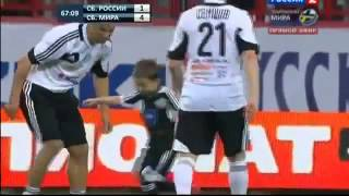 getlinkyoutube.com-طفل يبلغ 5 سنوات يلعب في مباراة كرة قدم للمحترفين