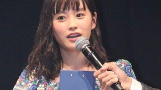 getlinkyoutube.com-高橋愛、キュートなワンピースで登場も「若干足が震えてる」「バンタンカッティングエッジ2015」表彰式 #Ai Takahashi #event