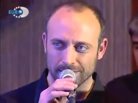 Halit Ergenç....is singing ''Mazi Kalbimde'' Beyaz show 2006