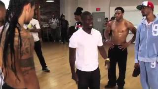 getlinkyoutube.com-Kevin Hart Gives Chris Brown a Dance Lesson For The BET Awards