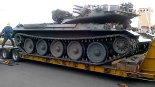 getlinkyoutube.com-大洗から帰るためトレーラーに乗る74式戦車④戦車が動き乗り込みます