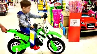 getlinkyoutube.com-Little Boy Playing at Toys R Us Superstore Fun For Kids