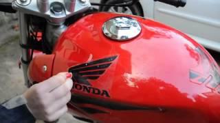getlinkyoutube.com-Aplicação de Faixas / Adesivos em Refletivo Para Motos Honda Hornet, CB 300 e Twister
