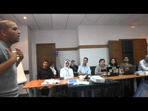 Mustapha Elouizi animant un atelier d'écriture journalistique à Agadir