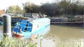getlinkyoutube.com-Narrow boat at Ditchford Lock Wellingborough finally recovered
