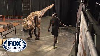 getlinkyoutube.com-Halloween dinosaur shocks Suns' players