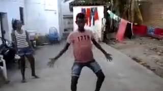 getlinkyoutube.com-Menino dançando e o pintinho piu kkk