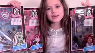 getlinkyoutube.com-Monster High Makeup Beauty Set Review Frankie Stein, Draculaura and Clawdeen Sets