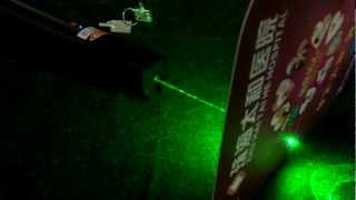 getlinkyoutube.com-www.kalaser.com 500mw 高出力 超強力 グリーンレーザーポインター .avi