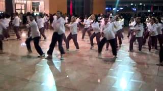 getlinkyoutube.com-تقليد رقصة كورية ( دبي مول )