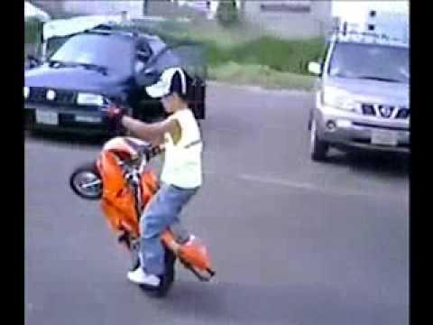 CRIANÇA EMPINANDO A MOTO.
