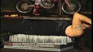 Limbad Dilindes Motor di Atas Beling dan Paku - MNCTV Roadshow Indonesia Bergoyang