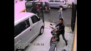 getlinkyoutube.com-Pencurian Sepeda Motor terekam di CCTV  honda CB150R raib dalam 1 menit