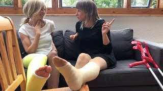 Kolleginnen mit Gipsfuß | Colleagues with leg cast