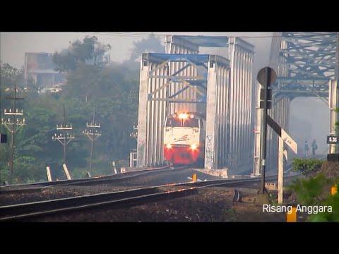 Kereta Api kelas Bisnis Senja Utama Solo Melintas di Jembatan Kali Opak
