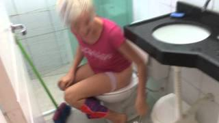 getlinkyoutube.com-Aquele momento que to cagando e alguém invandi o banheiro kk