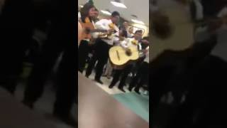 Con mariachi le piden a joven que vaya a baile de graduación; Escuela Nixon Laredo Texas