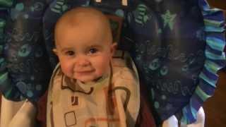 Bambino si emoziona ascoltando il canto della mamma!