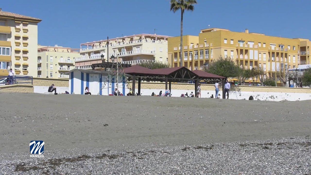 Tres clases de sexto de Maicandil trabajan en la limpieza de playas