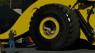 getlinkyoutube.com-Biggest wheel loader in the world 70 yard super high lift LeTourneau L2350