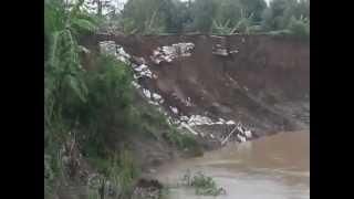 getlinkyoutube.com-Detik Detik Tanggul Sungai Cimanuk Tergerus Banjir