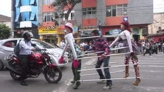 getlinkyoutube.com-Hombre baila con muñecos // Talento Chiclayano
