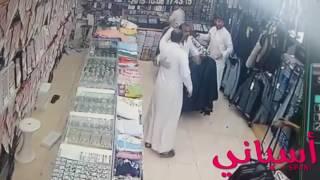 مضاربة سعودي ويمني في محل ملابس 2016
