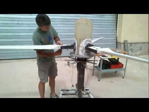 GENERADOR EOLICO TRIPALA DE PASO VARIABLE CONTROLADO POR MOTOR  -variable pitch wind turbine VIDEO 4