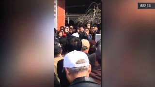getlinkyoutube.com-天津天穆村维权代表被捅伤引发众怒 千人围堵派出所誓要惩办凶徒