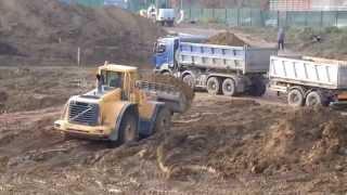 getlinkyoutube.com-Volvo L150E loading truck in mud