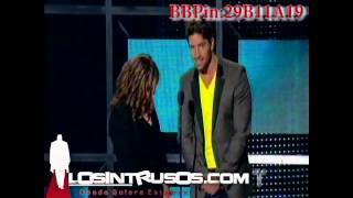 getlinkyoutube.com-La Doctora Ana Maria Polo Besa Actor David Chocarro en Premios Tu Mundo 2012