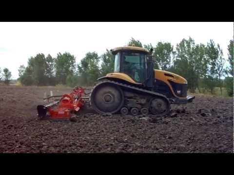 Trattore CAT Challenger MT 765 e erpice Maschio al lavoro