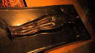 getlinkyoutube.com-Le salon du latex - vacuum bed 1 -