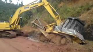 getlinkyoutube.com-Komatsu PC200 pulling out Dozer stuck in the mud